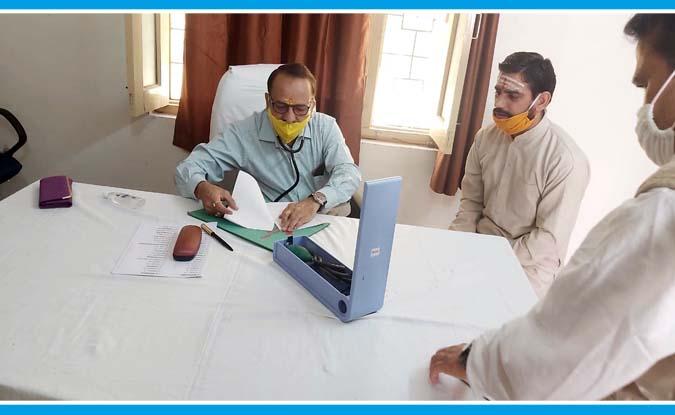 'चलो गांव की ओर' मुहिम के तहत डॉ. जोशी ने उत्तरकाशी में लगाया फ्री मेडिकल हैल्थ कैम्प