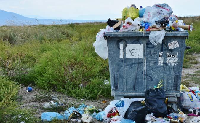 दुनिया के सबसे बड़े बैंक कर रहे हैं प्लास्टिक प्रदूषण का वित्त पोषण!