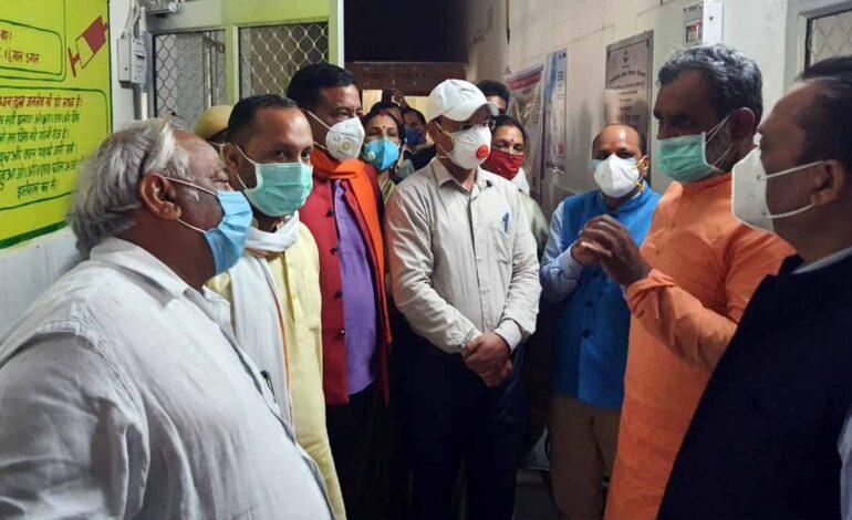 स्थानीय विधायकों के साथ राज्य मंत्रीयतीश्वरानंद ने कोविड-19 से निपटने के लिए स्वास्थ्य व्यस्थाओं का लिया जायजा